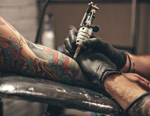 Inchiostri per tatuaggi: in Francia 15 su 20 contengono sostanze cancerogene